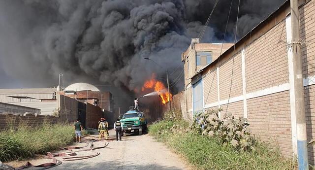 Incendio de gran magnitud consume fábrica en Huachipa.