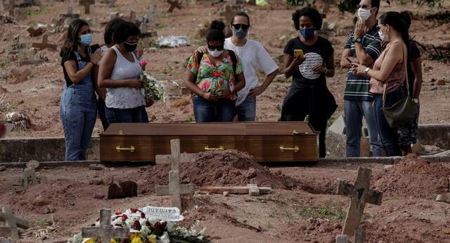 Brasil es el segundo país con más muertes a causa de la COVID-19 en todo el mundo. En la imagen, víctima es enterrada por familiares en un cementerio de Río de Janeiro.
