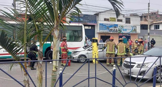 Al lugar de los hechos llegaron los bomberos y personal policial par auxiliar a los heridos.