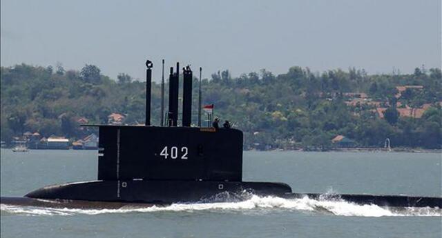 Indonesia confirma que submarino desaparecido con 53 tripulantes se hundió: hallan restos en Bali.