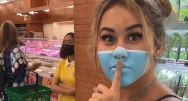 Indonesia: cancelan pasaporte de influencers que pasearon por tienda con mascarillas pintadas en el rostro.