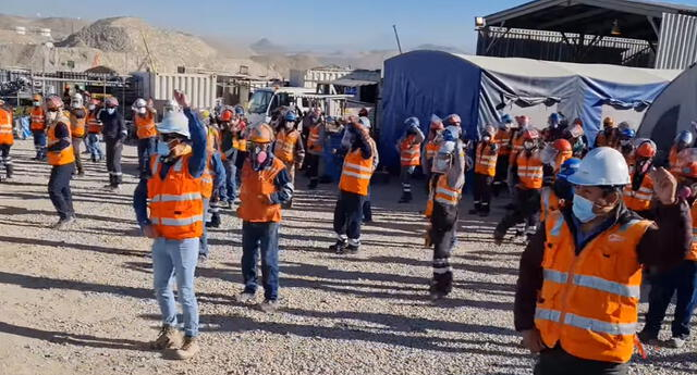 Peculiar baile de los trabajadores se viralizó en las redes sociales.