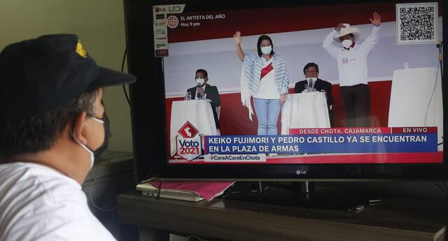 En todo el Perú se publicó varias imágenes de cómo los ciudadanos vieron y resaltaban las frases que se lanzaban Castillo y Fujimori. Por ejemplo, el inicio fue intenso.