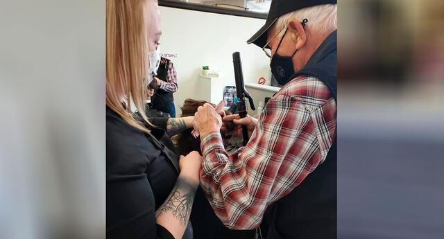 El anciano aprendió a rizar el cabello para su esposa.