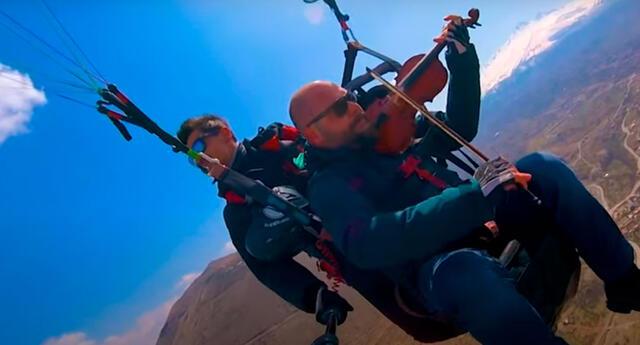 El hombre sorprendió a todos al tocar su violín en las alturas.