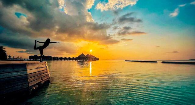 La actriz de Bollywood Shraddha Kapoor haciendo yoga con la puesta del sol en un complejo hotelero en Maldivas.