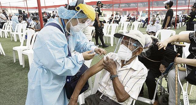 La vacunación a adultos mayores de 70 años demoró en iniciar en el complejo deportivo Ollantaytambo.