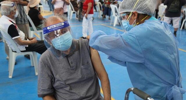 Expertos afirman que decesos de adultos mayores se redujo tras la vacunación contra el coronavirus.
