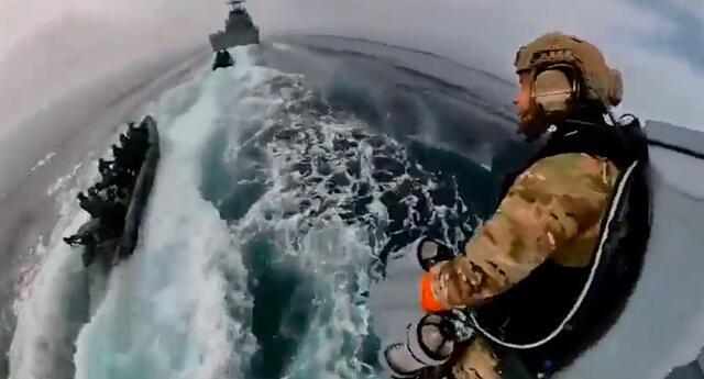 Militares volaron por los aires en prueba marítima.