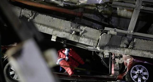 México: conductor sobrevive de milagro luego que estructura del Metro de CDMX cayera sobre su vehículo.