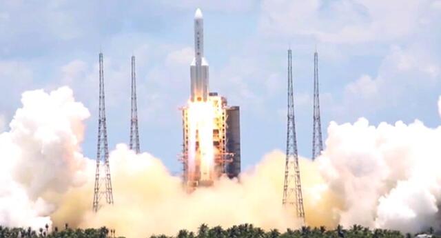 Cohete chino Long March 5B cae sin control a la Tierra.