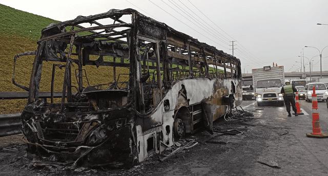Alrededor de las 5 a. m. se registró el incendio de un bus en la Panamericana Norte.