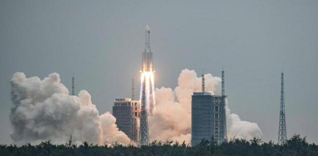 """""""Es extremadamente bajo"""": China minimiza los riesgos de la caída de su cohete fuera de control."""