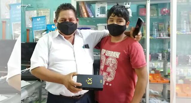 Alumno en Junín recibió celular de su profesor para llevar clases virtuales.