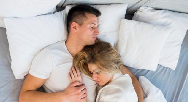 Soñar con tu vecina se interpreta con que sientes un gusto por otra persona, pero que no es mutuo.