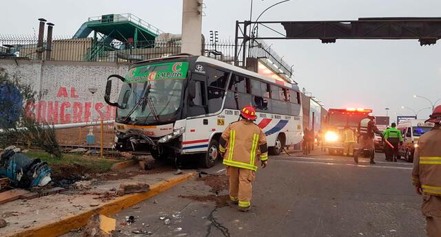 bus de trasporte público choca contra muero