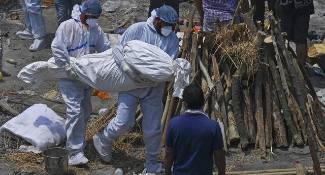 India rompe nuevo récord de fallecidos por COVID-19: registran 4.500 muertes en 24 horas.