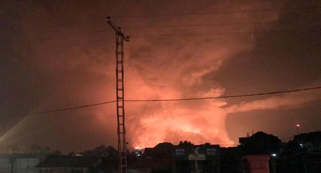 """De acuerdo a Reuters la lava esta llegando al puerta de la ciudad y se ha abierto una nueva fractura en el volcán y la lava """"se esta moviendo hacia el sur, en dirección a Goma""""."""