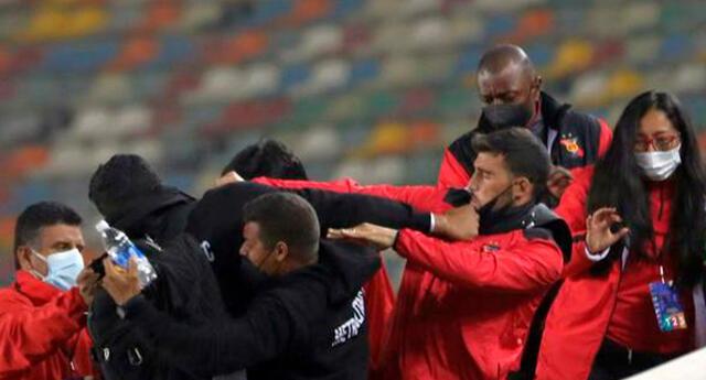 Jugadores del Melgar Bernardo Cuesta y Edgar Villamarín formaron parte de la pelea que se generó en las tribunas.