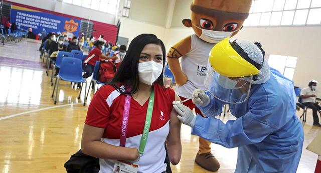Para atletas se vacunan contra el COVID-19 en la Videna
