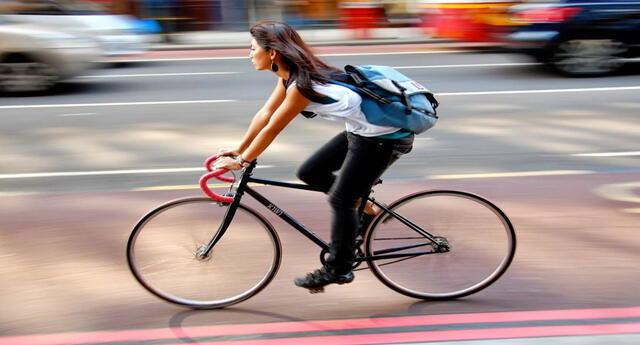 Transportarte en bicicleta te ahorra tiempo, no contamina y ayuda a mantener una buena salud.