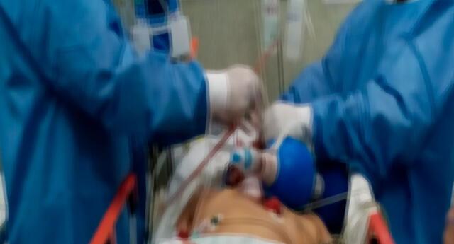 El herido siendo asistido por los médicos del hospital Cayetano Heredia