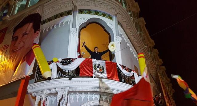 Candidato presidencial Pedro Castillo dio un balconazo la noche de este martes desde el Cercado de Lima.