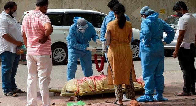 Las autoridades sanitarias informaron este jueves que la India ha registrado un nuevo récord en el número de decesos diarios con 6.148 fallecidos por el SARS-CoV-2.