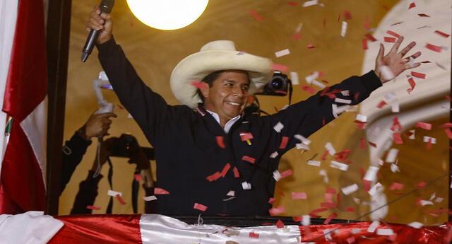 El candidato presidencial de izquierda Pedro Castillo, de Perú Libre, saluda a los partidarios desde el balcón de la sede de su partido en Lima.