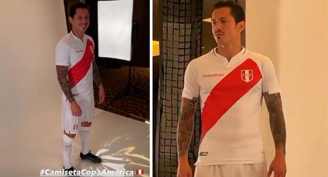 Gianluca Lapadula feliz con la nueva camiseta de Perú.