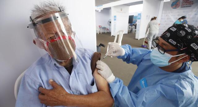 Continúa el proceso de vacunación a adultos mayores
