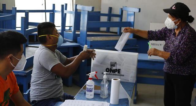 Votos de en tres departamentos del Perú fueron dados al 100 % de actas procesadas.