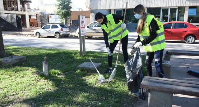 Argentina: sancionan a ciudadanos obligándolos a barrer las calles por acudir a fiestas COVID en pandemia.