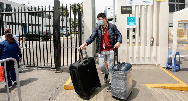 Una persona alista maletas durante anuncio de cerco epidemiológico en Arequipa