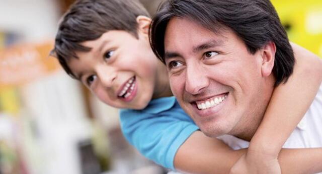 Conoce aquí frases bonitas y cortas para dedicarle a tu papá este Día del Padre 2021.