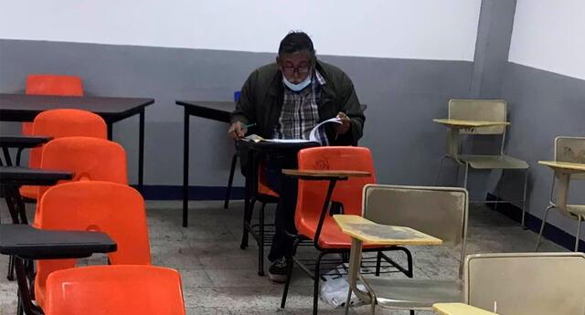 La fotografía del adulto mayor rindiendo su examen se hizo viral.