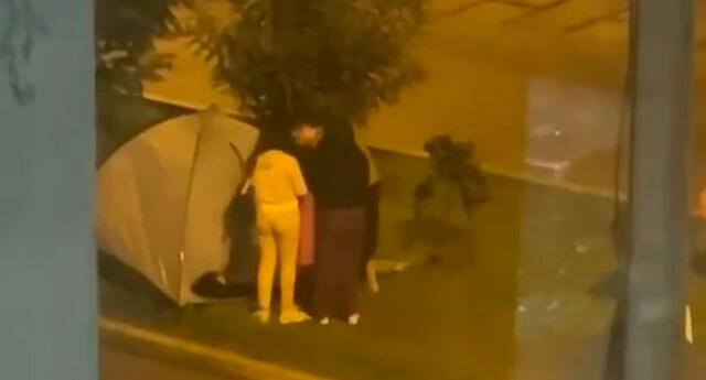 Lo que llamo la atención fue un video donde se observa a una familia entera que sacó una carpa en medio del movimiento telúrico.