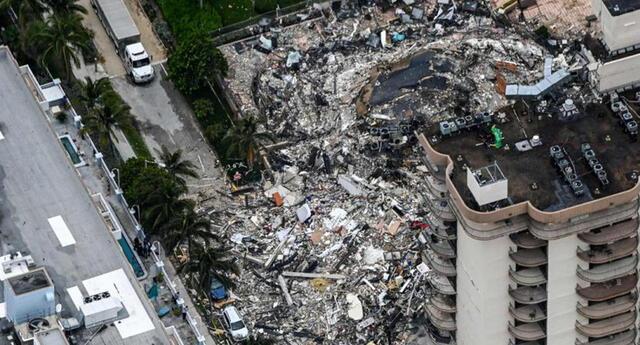 Vista exterior del edificio de 12 pisos derrumbado parcialmente en la ciudad de Surfside, al norte de Miami Beach.