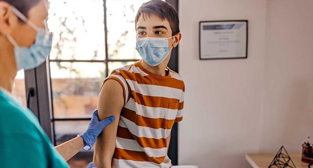 Adolescentes presentan problemas del corazón tras ser vacunados en Estados Unidos.