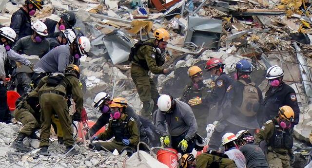Equipos de Estados Unidos e Israel trabajan en el condominio de escombros Champlain Towers South.