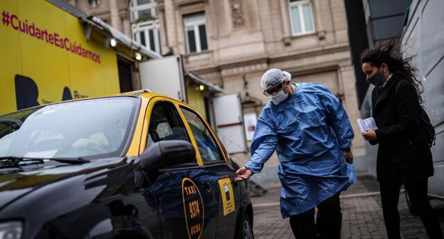 Argentina: taxis apoyan como ambulancias para trasladar a pacientes COVID-19 en medio de la segunda ola.