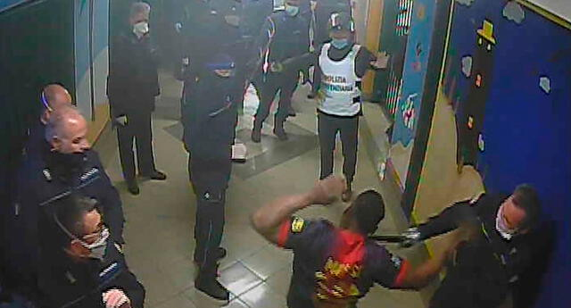 Guardias y policías golpean a reclusos de una cárcel de Santa María Capua Vetere, Italia.
