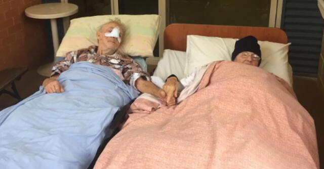 Un adulto mayor sostuvo la mano de su esposa por última vez antes de morir de cáncer.