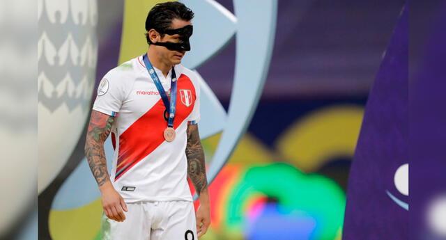 Gianluca Lapadula recibe su primera medalla con la Selección.