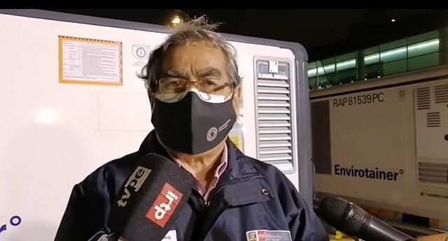 Ministro Óscar Ugarte recibió esta noche un cargamento de dosis de Sinopharm.