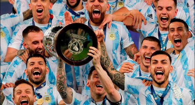 Lionel Messi y jugadores de Argentina celebran con la copa el triunfo ante Brasil hoy, en la final de la Copa América entre Argentina y Brasil en el estadio Maracana en Río de Janeiro (Brasil).