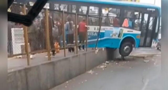 bus de transporte quedó colgando tras violento accidente