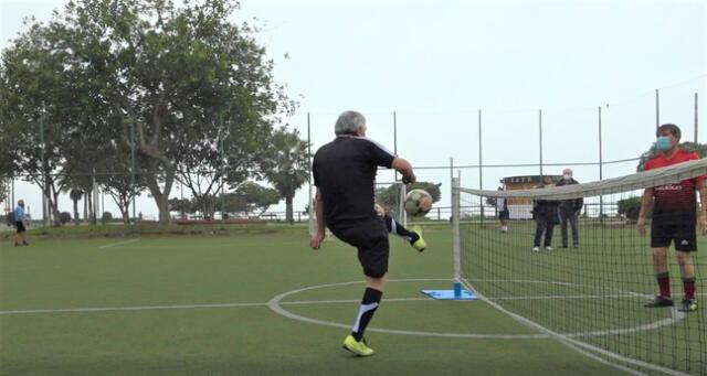 Practican futbol tenis deportistas de la tercera edad en Miraflores.