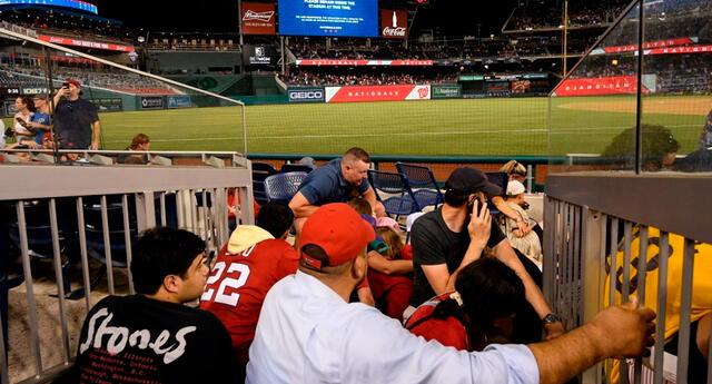 En un inicio, el mensaje fue que todos los fanáticos permanezcan en la cancha de béisbol, pero luego indicaron que lo preferible es salir del estadio.