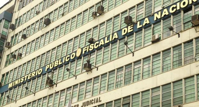 Según el congresista del Partido Morado, Gino Costa, José Luna Gálvez y José Luna Morales, de Podemos Perú, estarían detrás de la norma, debido a que se encuentran siendo investigados por crimen organizado.